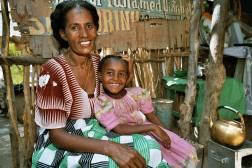 ERITREA: Mor og datter i Zula smiler etter å ha fått norske oppstartsmidler til å drive kafe som finansierer datterens skolegang. (Oppdrag for Kirkens Nødhjelp.)